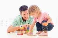 junger Vater - Student spielt mit kleinem Kind