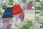 Geldscheine und Sparbücher